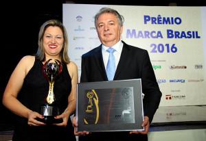 Fabiana and Bonilha received the awards on behalf of the company