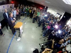 Prefeito faz discurso à imprensa ao lado de autoridades