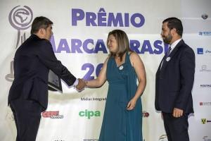 Fabiana e Ribeiro recebem as premiações durante o evento